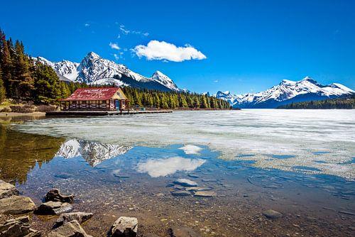 Deels bevroren Maligne Lake, Canada