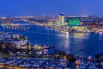 Het IJ Amsterdam bij avond van