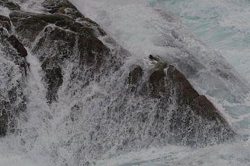 Golven crashen over de rotsen van Kai Müller
