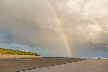 Duinen, regenboog en heerlijke luchten boven Amelander strand van Nicole Nagtegaal