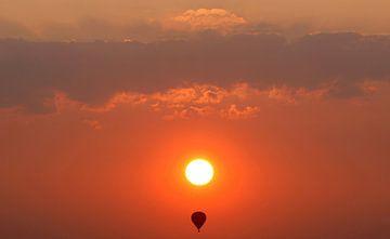 Balloon at sunset sur Luuk van der Lee