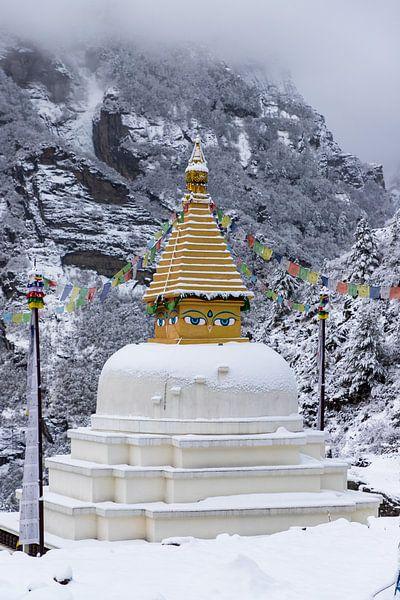 Stupa bij de intree van Namche Bazaar van Ton Tolboom