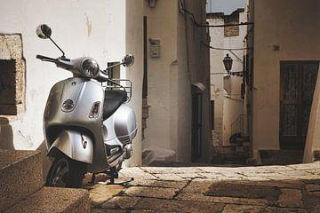 Vespa scooter in een steegje in Italië van iPics Photography
