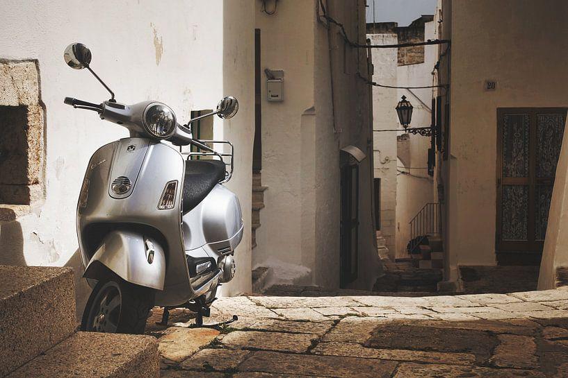 Scooter Vespa dans une ruelle en Italie sur iPics Photography