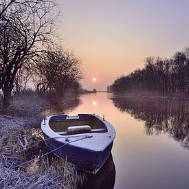 Bootje bij zonsopkomst van John Leeninga
