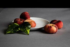 Schöne Pfirsiche mit schönem Kontrast von Bram van Egmond