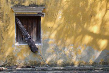 Verlaten oud gebouw met parasol, Vietnam van