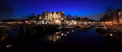 Grachten van Amsterdam in panorama in de nacht van