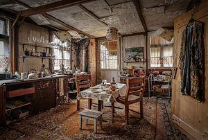 Verlaten huis in het bos van