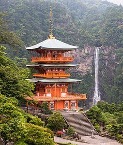 Een prachtig uitzicht op de pagode van Seigantoji en de Nachi no Taki-waterval in Japan. van Claudio Duarte