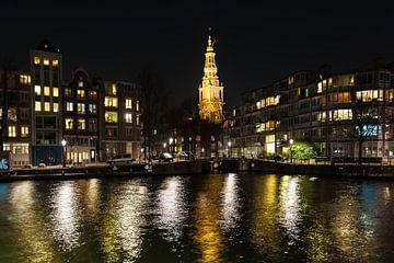 Amsterdam met de kerk over het water bij nacht van