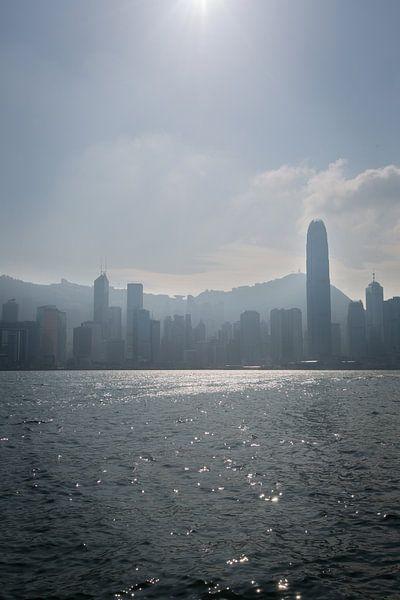 Skyline in silhouette of Hongkong seen from Victoria Harbour van Fleur Halkema