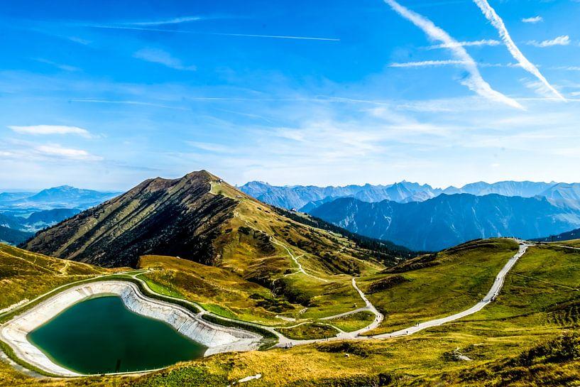De Oostenrijkse alpen met een bergmeer van Ineke Huizing