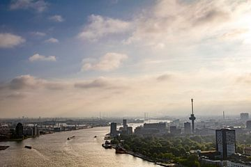 Nebliger Sonnenuntergang über Rotterdam mit dem Euromast von Evelien Oerlemans