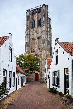 Oud straatje en de kerk van Goedereede in Nederland van Peter de Kievith Fotografie