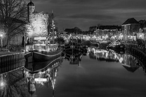 Thorbeckegracht met Pelsertoren Zwolle in zwart wit