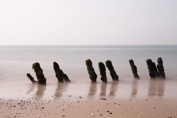palen in zee van Annemiek Gijsbertsen