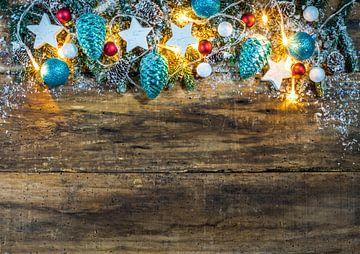 Kerstmis houten achtergrond met besneeuwde sparren tak frame van Alex Winter