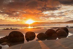 Moeraki Boulders bij zonsopgang, Nieuw-Zeeland
