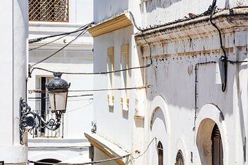 Oude lantaarn in de oude stad van Tarifa in Spanje van Frank Herrmann