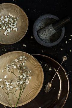 Blumen auf einem Teller von Isa Blom