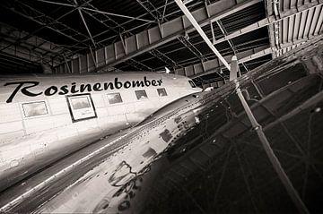 Rosinenbomber im alten Flughafen Tempelhof in Berlin von Frank Herrmann
