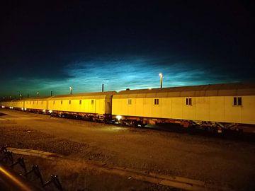 Zugwagen in der Dämmerung von Deborah Blanc