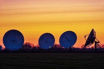 Satellitenschüsseln Burum nach Sonnenuntergang von Evert Jan Luchies