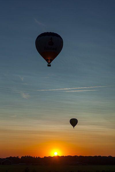 Ballonvaart tijdens zonsondergang van Elly Damen