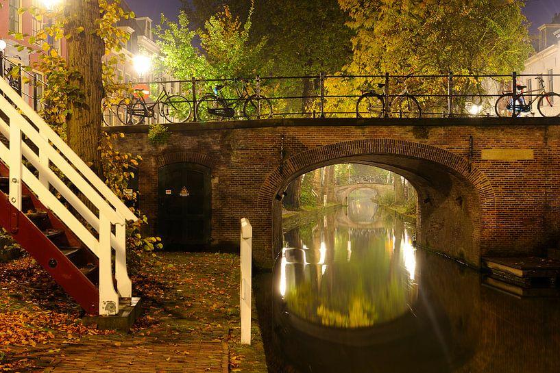 Quintijnsbrug over mistige Nieuwegracht in Utrecht van Donker Utrecht