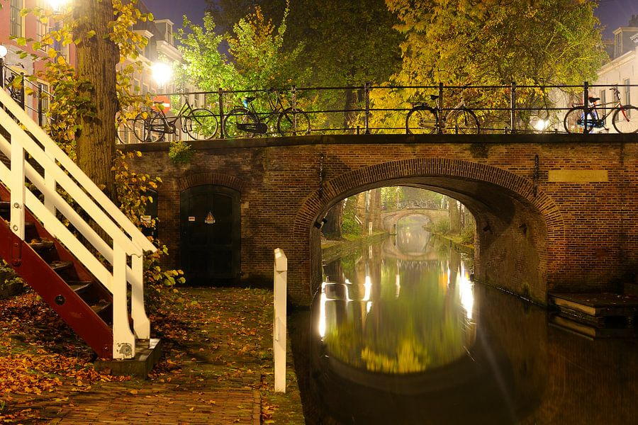 Quintijnsbrug over mistige Nieuwegracht in Utrecht
