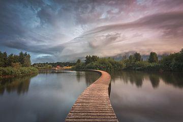 Dreigende wolken boven Nederlands landschap van Original Mostert Photography