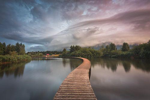 Dreigende wolken boven Nederlands landschap