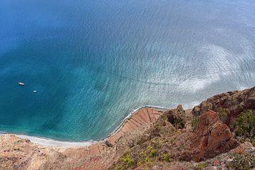 une falaise le long de l'océan à Madère sur Robin van Maanen