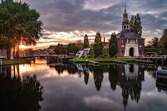 De Zijlpoort in Leiden in de ondergaande zon
