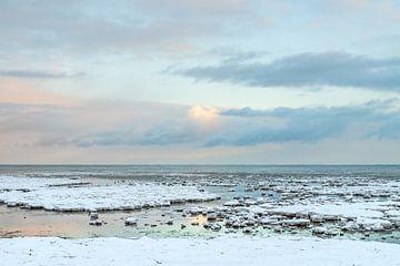 Reflectie van de pastelkleurige lucht op het water tussen het ijs op de Waddenzee bij Terschelling van Alex Hamstra