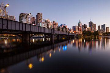 Leuchtende Metropole Melbourne zum Sonnenaufgang von Jiri Viehmann