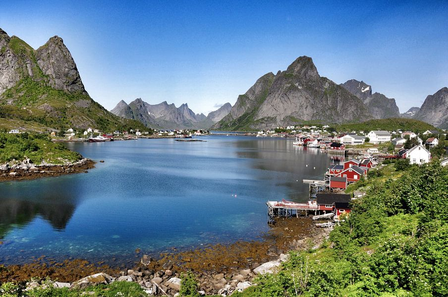Reine op de Lofoten, Noorwegen. van Edward Boer