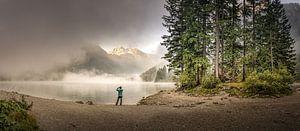 Lever de soleil sur un lac avec du brouillard dans les montagnes sur Jonas Weinitschke