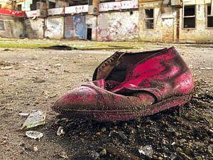 Alter Schuh in einer verlassenen Fabrik