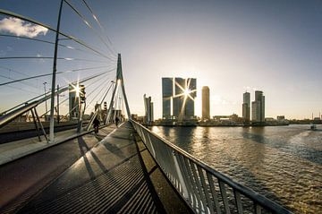 Zonsopkomst in Rotterdam vanaf de Erasmusbrug sur Tom Schoumakers
