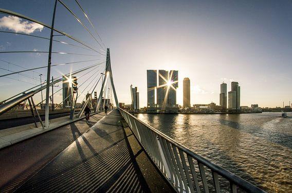 Zonsopkomst in Rotterdam vanaf de Erasmusbrug van Tom Schoumakers