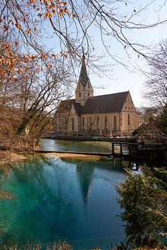 Blautopfmeer met kerk in Blaubeuren in Duitsland van creativcontent
