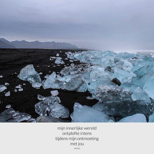 IJs op zwart strand | IJslandse schoonheid | Gedicht met foto
