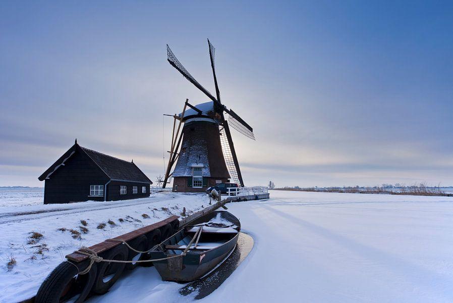 Hollands winterlandschap, landschap met sneeuw, molen, boot en ijs, Alblasserwaard, Nederland