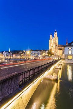 Zürich mit dem Grossmünster bei Nacht von Werner Dieterich