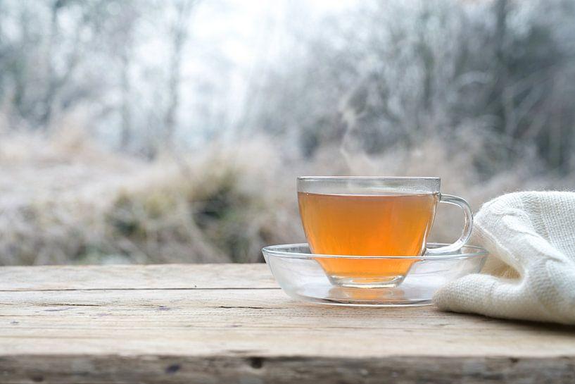 Thé chaud sur une table en bois rustique à l'extérieur par un froid matin d'hiver, espace de copie,  sur Maren Winter