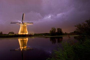 Beleuchtete Windmühle in Kinderdijk bei schweren Gewittern und Stürmen von Jeroen Stel