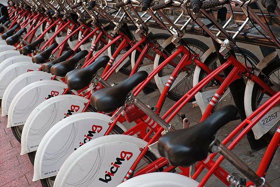 Overal te huur in Barcelona: mooie rode fietsen.