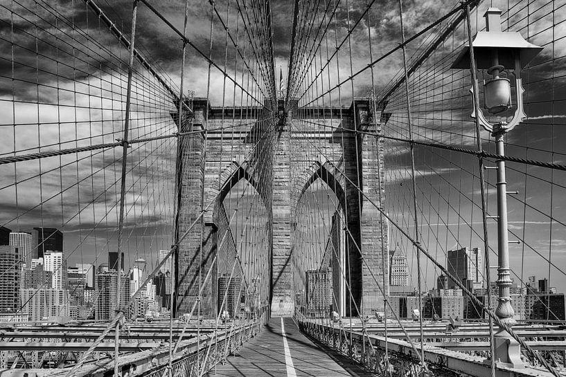Brooklyn Bridge in New York City van Wout Kok